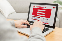 パソコンで求人検索している男性