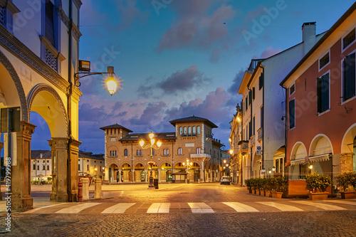 Fotografia Montagnana, Italy - August 25, 2017: Night illumination of the main square of the commune