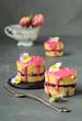 canvas print picture - kleine Napfkuchen mit Himbeerfüllung und Himbeerglasur, dekoriert mit Zuckerperlen und Hornveilchen