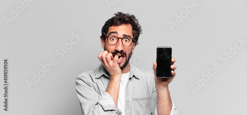 Foto young crazy bearded man scared expression. phone screen concept
