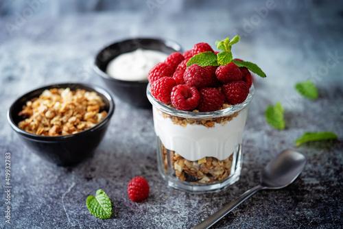 Raspberry Greek yogurt granola parfait in a glass Fotobehang