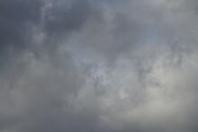 Sturm Und Regen Wolken Bei Markantem Wetter Mit Entsprechender Vorhersage Mit Viel Grauem Und Ein Wenig Blauem Himmel