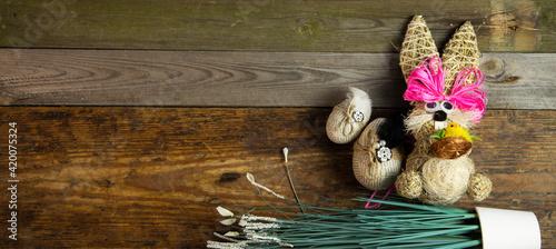 Obraz Tło na Wielkanoc - dekoracja świąteczna na starych deskach z drewna - fototapety do salonu