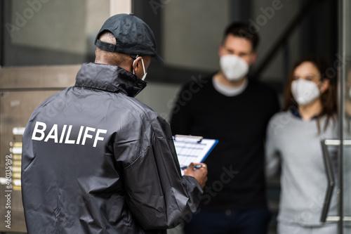 Foto Bailiff Debt Collector At Door