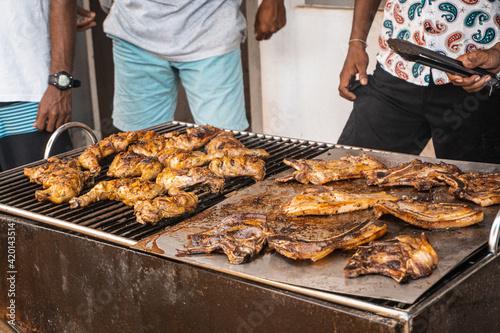 Fototapeta Mięso na grillu, kurczak oraz wieprzowina barbecue na ruszcie. obraz