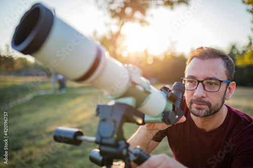 Foto Amateur astronomer looking at the sky with a telescope.