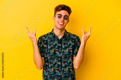 Fotografie, Obraz Young caucasian man wearing a Hawaiian shirt isolated on yellow background showi