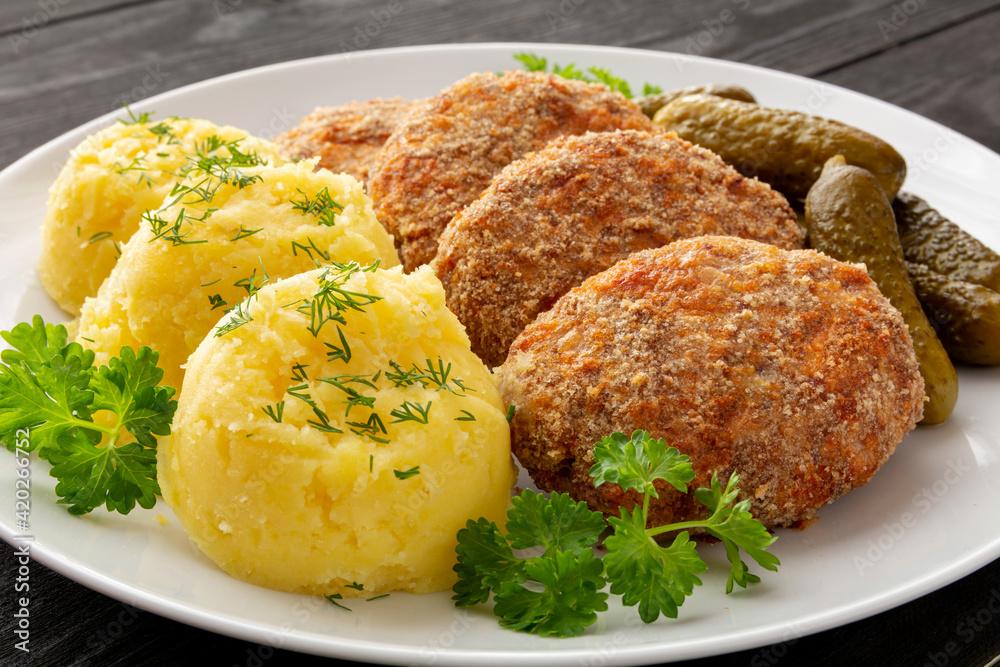 Fototapeta kotlety mielone z ryżu i kapusty z ziemniakami i ogórkiem konserwowym