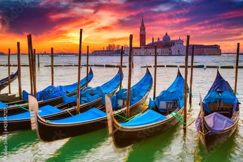 Gondolas in Venice at sunrise Fototapet