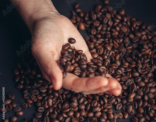 Fotografia coffee bean in hand preparing beverage morning close-up energy