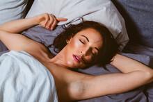 Draufsicht Auf Eine Schlafende Frau, Die Auf Dem Bett Liegt