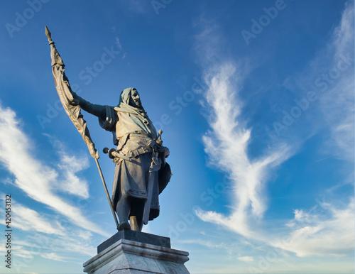 Leinwand Poster Estatua homenaje al conde Ansurez en la plaza mayor de Valladolid, fundador de l