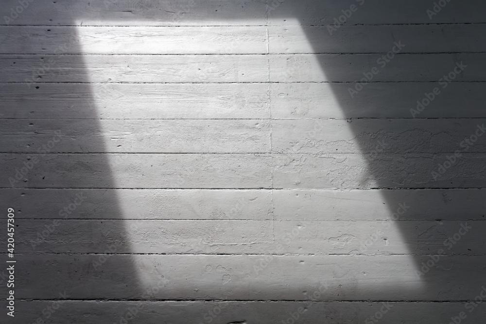 Fototapeta Puste pomieszczenie w trakcie remontu, z pojedynczym oknem. - obraz na płótnie