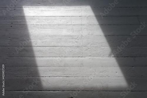 Fototapeta Puste pomieszczenie w trakcie remontu, z pojedynczym oknem. obraz