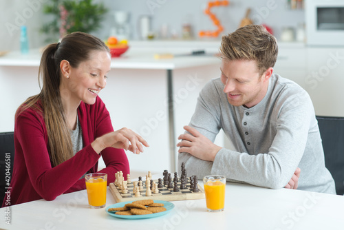 Photographie a young couple playing chess