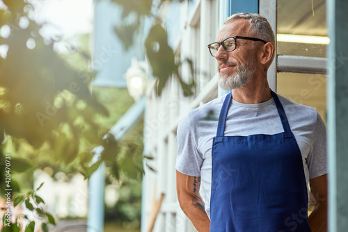 Photo Middle aged caucasian man in apron looking sideways