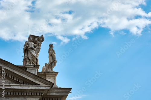 Stampa su Tela A view of sculptures on top of the Tuscan Colonnades and blue cloudy sky at St