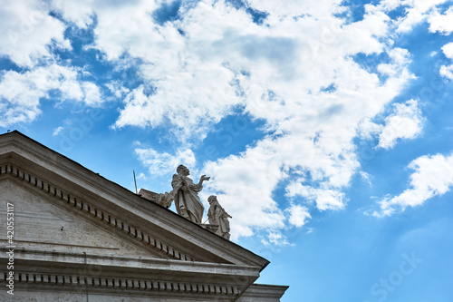 Fotografia A view of sculptures on top of the Tuscan Colonnades and blue cloudy sky at St