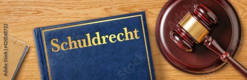 Foto Richterhammer mit Gesetzbuch - Schuldrecht