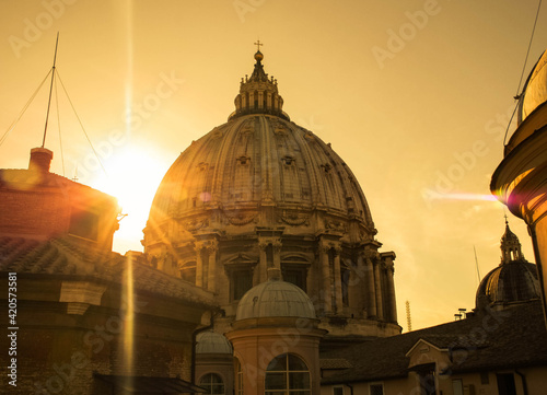 Foto Dome, roof of St Peter in the Vatican, Rome, surrounded by the rays of the sun a