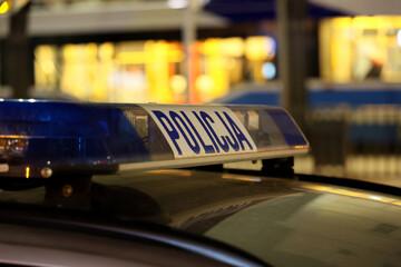 Policyjne światła sygnalizacyjne na radiowozie i niebieskie światła. Policyjne światła.