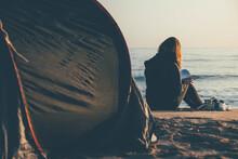 Joven Mujer Leyendo Un Libro Al Amanecer Junto Al Mar.