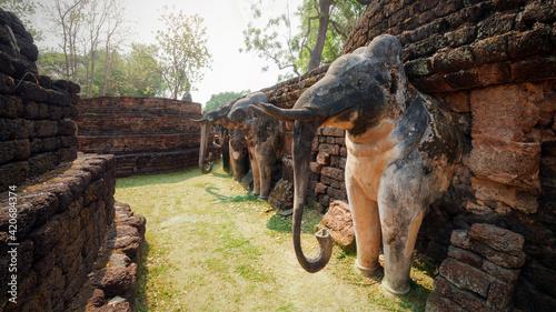 Obraz na plátně Ancient elephant sculpture at Wat Phra kaeo temple in Kamphaeng Phet Historical