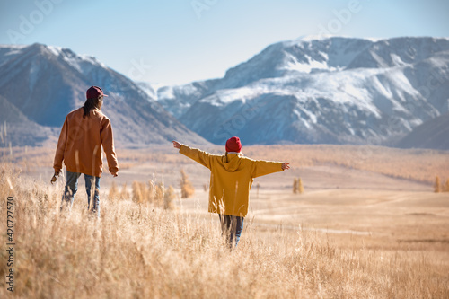 Obraz Two hikers walks in mountains without backpacks - fototapety do salonu