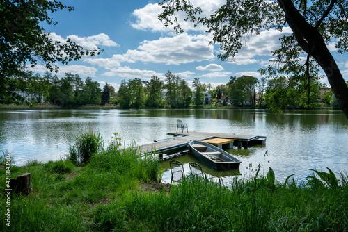 Obraz na plátně Bootssteg an einem kleinen See