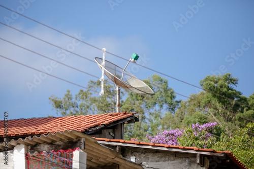 As antenas parabólicas, utilizadas para pegar sinal da TV aberta, deixarão de funcionar assim que a rede 5G for implementada no Brasil Fotobehang