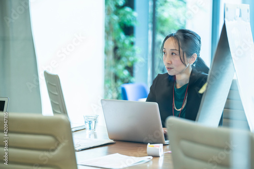 Obraz na plátně 男性社員に指示を出す女性幹部