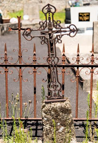 Vieille tombe dans le cimetière de Sérandon, Corrèze, France Fotobehang