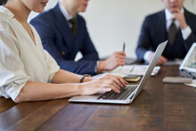 会議内容を記録するアジア人女性ビジネスウーマン