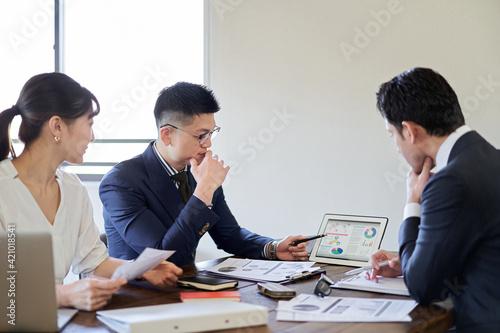 Fotografia 事業計画について会議をするビジネスパーソン