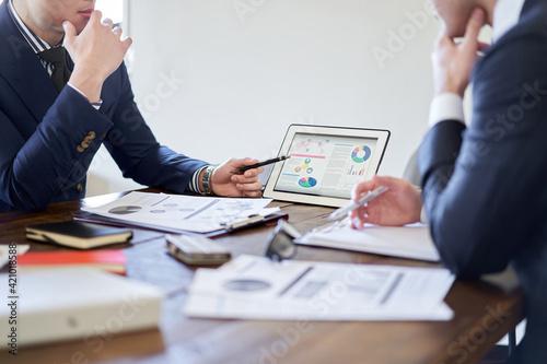 Foto 事業計画について会議をするビジネスパーソン