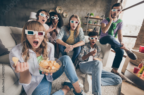Canvas Print Portrait of attractive amazed cheerful friends gathering watching movie having f