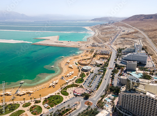 Photo Aerial view from a drone of the beach on the Ein Bokek embankment on the coast o