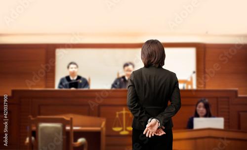 Billede på lærred prisoner is handcuffed in the trial court in front of the judge