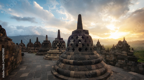 Fotografia Ancient ruins of Borobudur, a 9th-century Mahayana Buddhist temple in Magelang Regency near Yogyakarta in Central Java, Indonesia