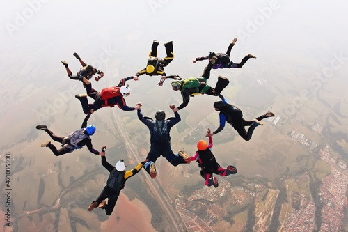 Foto Skydivers holding hands making a fomation. High angle view.