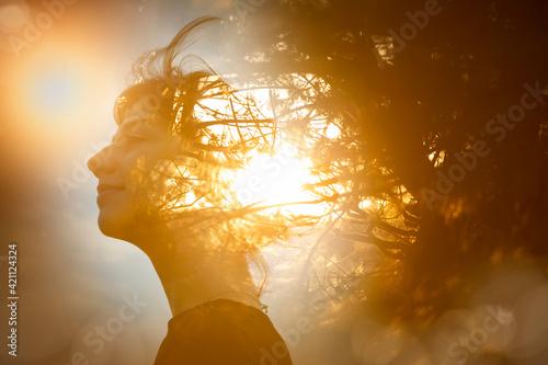 Fotografering 女性の横顔と木漏れ日の合成CG
