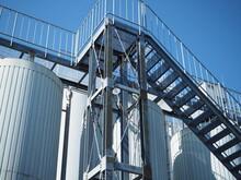 工場の階段とタンク