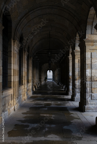 Photo Tunnel of stone arches in the streets of Santiago de Compostela.