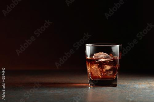 Fotografia Glass of whiskey on a rusty background.