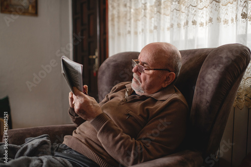 Photographie Senior man  with crossword at home