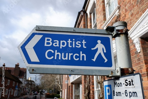 Fotografiet Direction sign to Baptist church