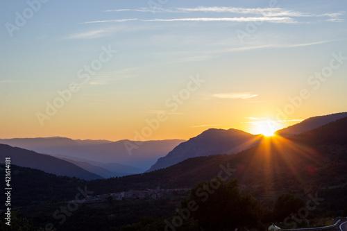 Canvas Atardecer en una valle con una bonita puesta de sol y colores cálidos