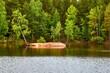 Bewaldeter See mit kleiner mit Birken bewachsener Insel