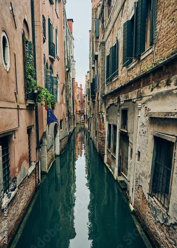 Fototapety, obrazy: Canal Amidst Old Buildings In City