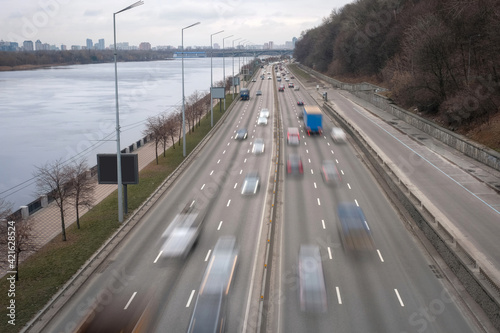 Photo Movement of cars on a multibinal highway with motion blur